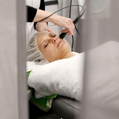 Kosmetologi antaa radiofrekvenssihoitoa
