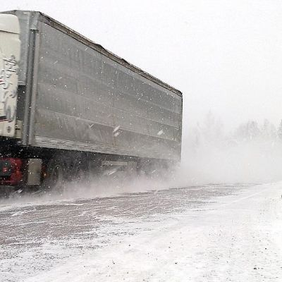 Rekka-auto lumisade liikenne