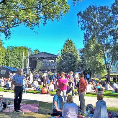 Ihmisiä Sorsapuistossa odottamassa Tampere Filharmonian puistokonsertin alkua