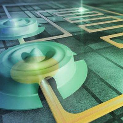 Aalto-yliopiston tutkijoiden työssä käytettiin piisirulle valmistettuja noin 15 mikrometrin levyisiä rumpukalvoja, jotka soivat korkealla ultraäänitaajuudella. Mittauksissa kahden rummun värähtelyistä saatiin luotua Einsteinin ennustama erikoinen kollektiivinen kvanttitila.