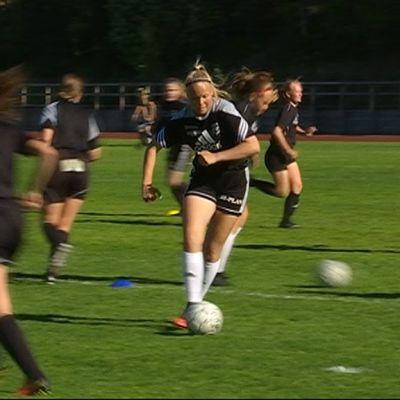Kouvolan Jalkapallon nuoret tytöt harjoittelevat Valkealan nurmella.