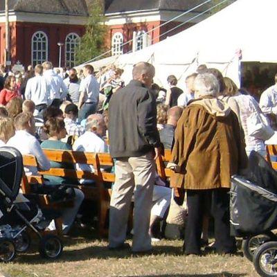 Lestadiolaisen LFF:n kesäseurojen yleisöä Luodossa vuonna 2008.