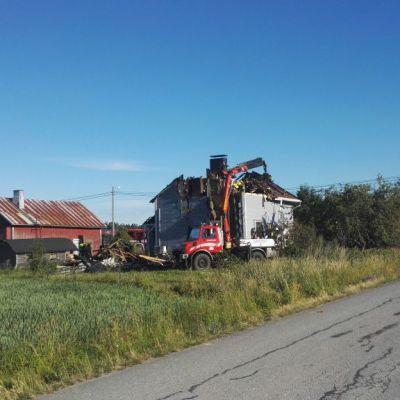Rintamamiestalon katto täysin tuhoutunut tulipalossa.