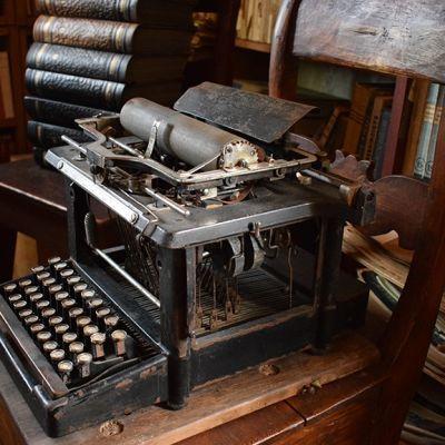 Ensimmäisen kirjoituskoneensa August Pyölniittu osti käytettynä vuonna 1923. Liki parin tuhannen niteen teoskokoelma puolestaan oli Paimion laajin kotikirjasto.