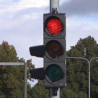 Liikennevalossa palaa punainen valo.