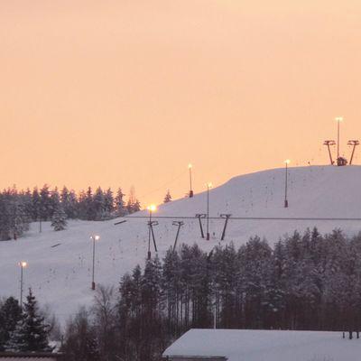 Kuvassa Kaustisen laskettelukeskus talvisena iltapäivänä.