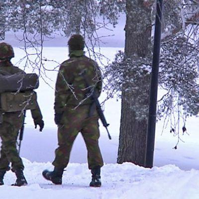 Varusmiehiä talvisessa maastossa.
