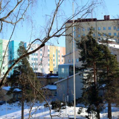 K-sairaala, jonka vieressä on Etelä-Karjalan vanhempi keskussairaalarakennus.
