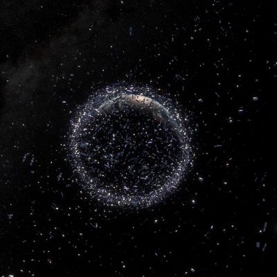 Piirroskuva maapallon ympärillä kiertävistä romunkappaleista.