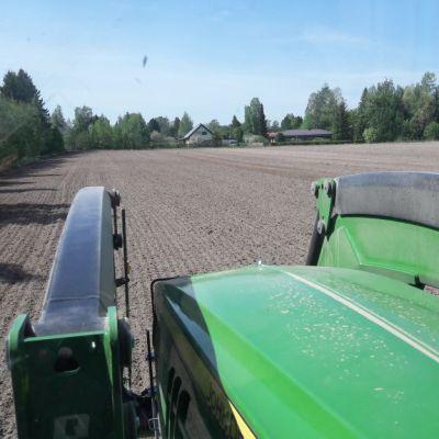 Peltoa traktorin ohjaamosta katsottuna