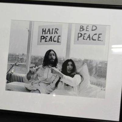 Ennenjulkaisematon kuva John Lennonista ja Yoko Onosta.
