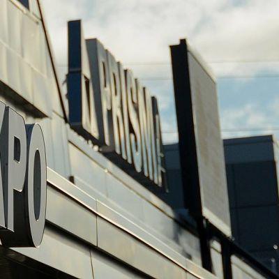 Kuvan etualalla osuuskauppa KPO:n kyltti, taustalla Prisman kyltti.