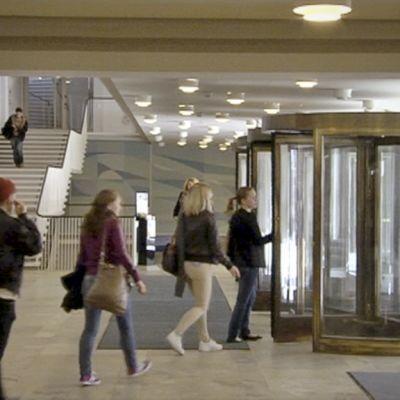 Människor på väg ut genom en ytterdörr