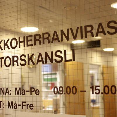 Kuvassa Kokkolan Kirkkoherranviraston kyltti.