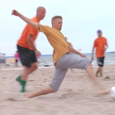 Vauhdikasta rantajalkapalloa Yyteri BeachFutiksessa 2010.