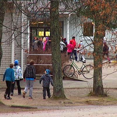 Oppilaita Korvenkylän koulu