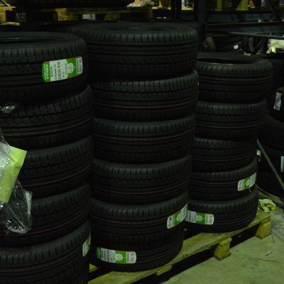 Auton renkaita varastossa