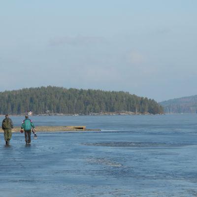 Kalastajia Päijänteen jäällä helmikuussa 2014.