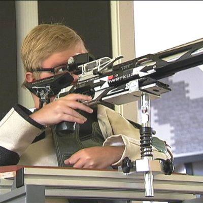 Ruotsalainen para-ampuja Philip Jönsson tähtäämässä tauluun