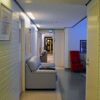 Hoitolaitoksen pitkä käytävä.