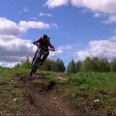 Alamäkipyöräilyn suosio kasvaa Rovaniemellä.