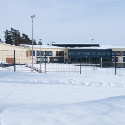 Korpilahden koulukeskus talvella