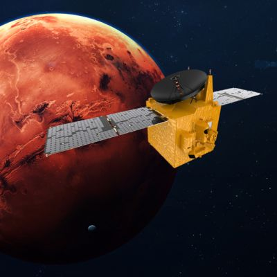 Punainen planeetta ja keltainen luotain aurinkopaneelisiivet levällään.
