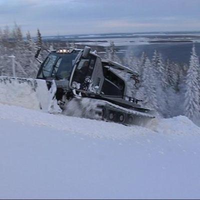 Tamppari työntää lunta Ukko-Kolin rinteellä Lieksassa.