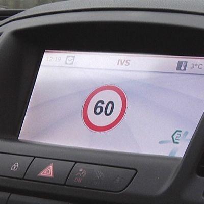 Kuudenkymppin nopeusrajoitusilmoitus auton kojetaulun näytössä.