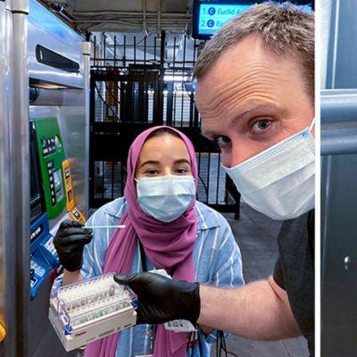 Kasvomaskeihin pukeutuneet mies ja nainen metron lippuautomaatin ääressä. Miehen kädessä on koeputkiteline,  naisella näyteeenottopuikko. Vieressä lähikuva kumihansikoidusta kädestä, joka pitelee koeputkea ja puikkoa.