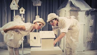 Lurvis (Julia Johansson) och Rynkel (Jakob Johansson) granskar en fågelholk.