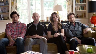 adam driver, corey stoll, tina fey och jason bateman sitter i en soffa.