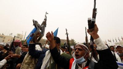 Anhängare till ex-president Ali Abdullah Saleh och lojala till Houthi-rebellerna höjer sina vapen i huvudstaden Sanaa.