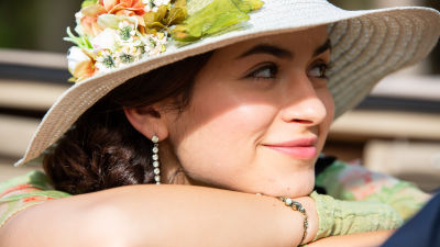 Carlota (Mikaela Lupu) hymyilee kukkahatussa sarjassa Vidago Palace