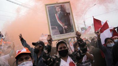 Anhängare till den peruanske presidentkandidaten Keiko Fujomori håller upp en tavla av hennes far, den tidigare presidenten Alberto Fujomori.