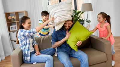 familj har kuddkrig i soffan