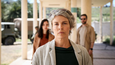 Närbild på Irina Björklund i rollen som fredsmäklare i tv-serien Fredsmäklaren..
