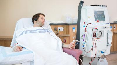 Sjukhuspatient lyssnar på musik
