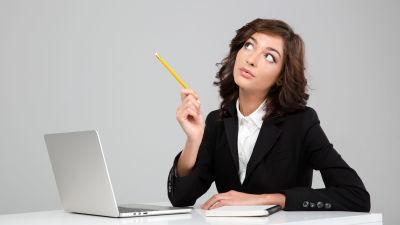 Kvinna sitter med dator och kalender