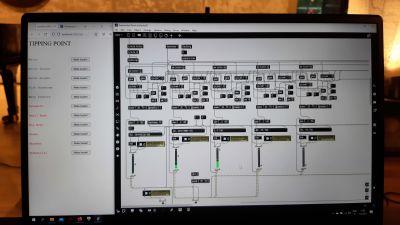 En datorskärm med en massa kopplingar och rutor, som ska bli musik.