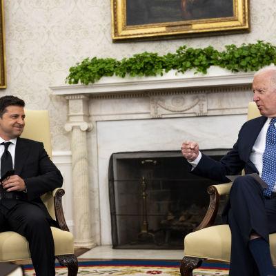 Volodymyr Zelenskyi ja Joe Biden juttelevat iloisen näköisinä Valkoisessa talossa.