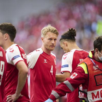 Simon Kjaer Suomea vastaan sen jälkeen, kun Christian Erikseniä oli elvytetty kentällä.
