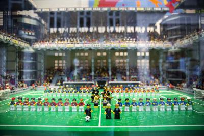 Fotbollsstadion byggd i lego, komplett med landslag från både Danmark och Finland.
