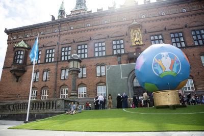 Rådhuspladsen i Köpenhamn har prytts med en jättefotboll i EM:s färger.