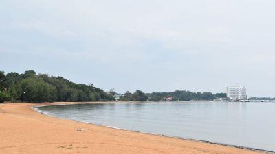 På vardagarna är också de mest populära badstränderna i Sydostasien nu folktomma. På veckosluten kan det finnas en hel del inhemska turister på dem.