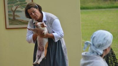 Janine Smeds håller upp en gris.