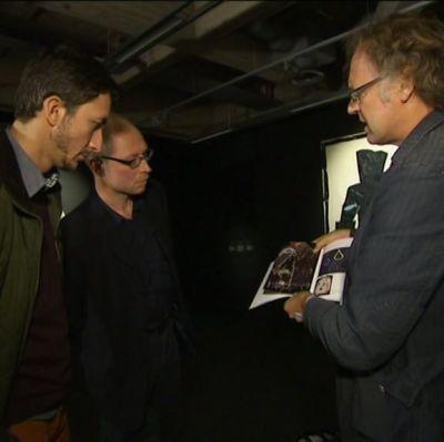 Miehet esittelevät taideteosta Ivan Puopololle