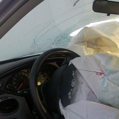 Kohtaamisonnettomuuteen joutunut auto. Turvatyynyt ovat lauenneet ja toinen turvatyyny on rikkonut tuulilasin.