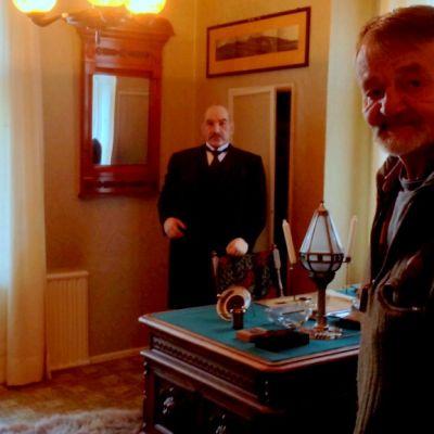 P.E Svinhufvudia esittävä vahanukke ja pojanpoika Jorma Svinhufvud Luumäellä Kotkaniemessä