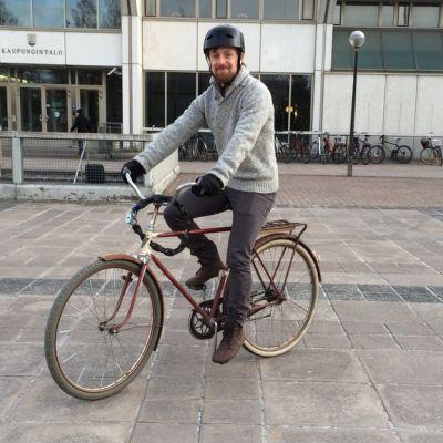 Matti Pesu ajaa vanhalla pyörällään Lappeenrannan kaupungintalon edessä.